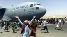 Civiles se colgaron de un avión de EEUU para salir de Afganistán: luego cayeron a la pista