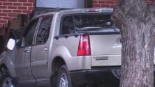 Conductor pierde el control de su vehículo, choca contra una vivienda e intenta huir de la escena del accidente