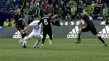 Cristian Espinoza estuvo muy cerca de hacer una joya de gol, pero el balón estrelló en el palo