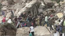 El grito de un hombre en busca de su esposa e hijos entre los escombros