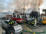 Incendio en Oakland quema tres viviendas y deja a siete personas sin hogar
