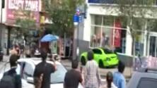 Buscan a conductor que impactó vehículos y atropelló a varias personas en las calles de Nueva York