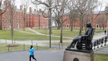 Presidente de Harvard califica como irresponsable el anuncio del gobierno de expulsar a estudiantes internacionales