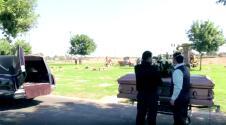 Llegaron al cementerio para enterrar al padre, pero un papeleo sin cumplir los obligó a reprogramar el funeral