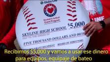 Preparatoria Skyline recibe $5,000 de los Texas Rangers para el desarrollo del béisbol