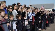Decenas de personas en Houston acompañaron el recorrido del fallecido George H. W. Bush hacia Washington