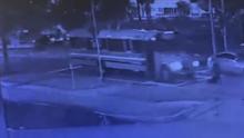 Hombre es atropellado por un carro y luego es arrastrado por un autobús escolar en Orlando
