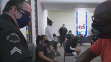 Oficiales de policía reúnen con la comunidad del sur de la ciudad para escuchar sus voces