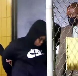 Arrestan a la madre de los tres niños abandonados con el cadáver de su hermano