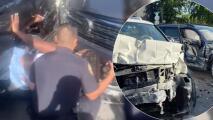 Mujer queda atrapada entre dos carros que chocan de frente