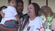 Familiares y amigos recuerdan a Alyssa Layman durante una vigilia en St. Edwig, Texas