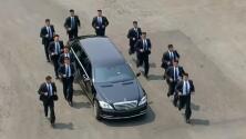 12 guardaespaldas corren junto al vehículo del líder de Corea del Norte durante su visita a Panmunjom