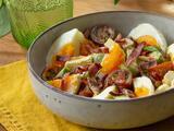Ensalada de huevo con tocino y queso (rápida y completa)