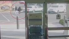 Ladrón sorprende a su víctima y le roba la cartera a la salida de un supermercado en Las Vegas