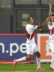 LIMA, PERU - SEPTEMBER 05: Christian Cueva (C) of Peru celebrates with teammates Yoshimar Yotún, Gianluca Lapadula and Edison Flores after scoring the first goal of his team during a match between Peru and Venezuela as part of South American Qualifiers for Qatar 2022 at Estadio Nacional de Lima on September 05, 2021 in Lima, Peru. (Photo by Martin Mejia - Pool/Getty Images)