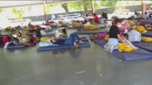 Incertidumbre entre familiares de inmigrantes detenidos en un parque tras cruzar la frontera de EEUU
