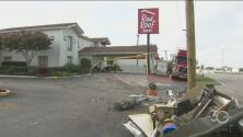 Buscan a conductor que se estrelló contra un motel en Plano