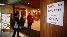 Fallo judicial permite a iglesias de California abrir al 100% de su capacidad