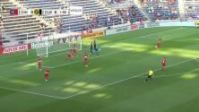 El goleador Gyasi Zardes se pierde una clara de gol al fallar solo frente a la portería