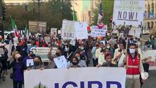 """""""Es tiempo de que den la cara"""": inmigrantes se manifiestan en Chicago pidiendo a los demócratas que cumplan sus promesas"""