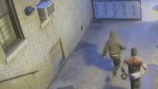 En video: Mujer es asaltada por dos sujetos en la entrada de su vivienda en Washington Heights