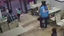 El video viral de la 'embarazada mala' china que sacó el pie para que un niño se tropezara