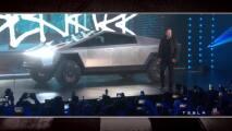 Elon Musk presenta a la Tesla Cybertruck en medio de un momento vergonzoso