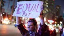 """""""Lo mereces y lo vales"""": las trabajadoras latinas luchan por la igualdad de salarios"""