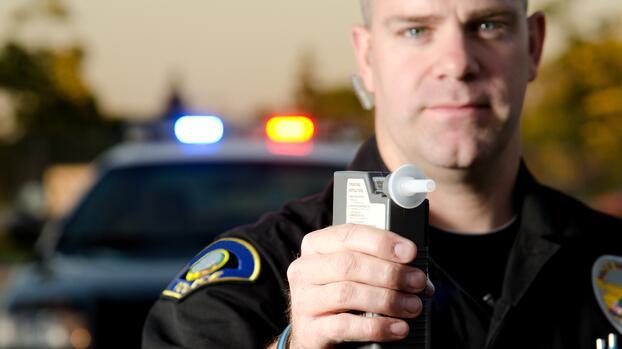 Persiguen y atrapan a sujeto que dormía una siesta en su auto en medio de la I-80