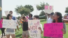 Organizaciones proinmigrantes protestan contra el senador Don Huffines, coautor de la polémica Ley SB4