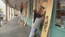 Comerciantes y residentes de varias zonas de Louisiana se preparan ante la amenaza del huracán Ida