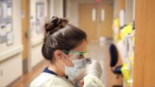 """""""Es tedioso"""": temor en Nueva York por posible escasez de trabajadores de la salud debido al mandato de vacunación"""
