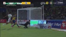 ¡Inician a hostigar! Hugo González ataja el remate de Andrés Vombergar