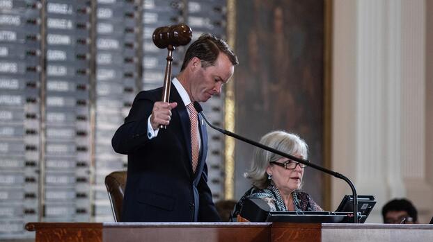 Presidente de la Cámara de Texas firma orden de arresto civil contra el demócrata que regresó a Washington D.C.