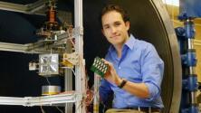 Joven mexicano crea un simulador espacial para la prueba de prototipos de nanosatélites