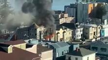 Bomberos controlan incendio de 2 alarmas en edificio de apartamentos en Oakland