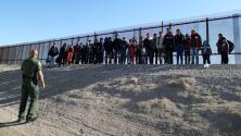 A la espera de sus citas en corte, migrantes liberados por ICE en Texas piden apoyo de la comunidad