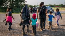 Con miedo, hambre y desespero, siguen llegando masivamente grupos de migrantes indocumentados a la frontera sur de Texas