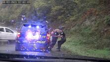 (VIDEO) Policía escapa la muerte gracias a la rapidez de su compañero