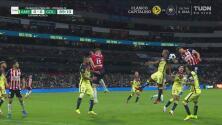 ¡Chivas pedía otro penalti! Ahora una mano de Jorge Sánchez en el área