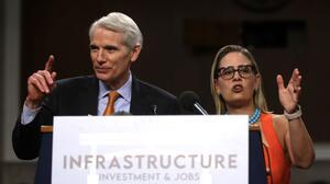 """""""Es bueno para todos"""": Senado concluye la redacción de un proyecto bipartidista de infraestructura"""
