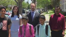 Padre soltero de seis hijos que fue víctima de estafa por parte de un notario recibe la residencia permanente