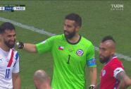 ¡Se salva Chile! Buena reacción de Bravo en el tiro de Villasanti