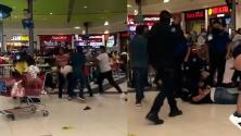(VIDEO) Batalla entre familias por una mesa en centro comercial deja a 19 bajo arresto