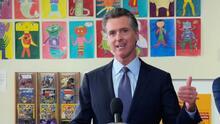 Gobernador de California anuncia medida que exige la vacuna contra el coronavirus a estudiantes elegibles