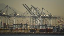Un volumen récord de contenedores permanece atascado en el mayor puerto de carga de América del Norte