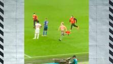 Sterling lo envidia: espontáneo 'dribló' a la seguridad en Wembley