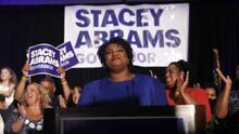 """""""Nuestra democracia enfrenta una muerte cercana y tenemos que revivirla"""": el mensaje de Stacey Abrams"""