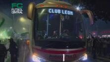 ¡Llegan para la batalla definitiva! León y Pumas arriban al Nou Camp