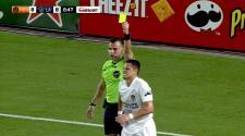 'Chicharito' Hernández finge una falta en el área y el árbitro lo pinta de amarillo